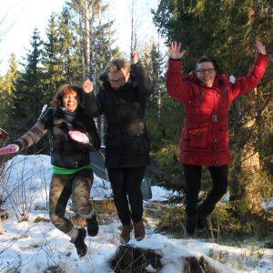 Liikkumisen iloa luonnossa hyppimällä